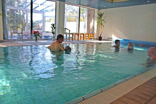 Zur-Verfuegung-stehendes-Schwimmbad-im-Praxisgebaeude